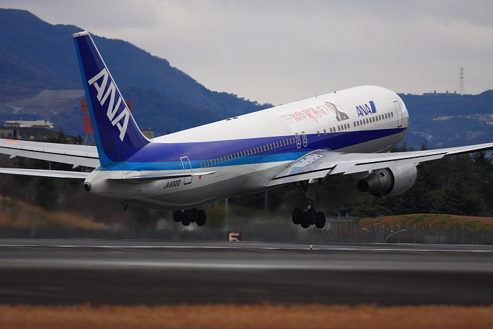 ANA B767-381 ANA543@RWY32Rエンド・東水門(by 40D with EF100-400/4.5-5.6L IS)