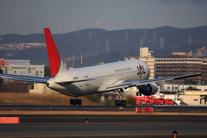 JAL B767-346 JAL2051@RWY32Rエンド・東水門(by 40D with EF100-400/4.5-5.6L IS)