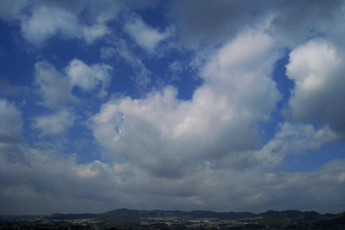 今日の昼間・宝塚方面の空(by IXY DIGITAL 910IS)