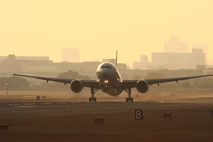 JAL B777-246 JAL102@RWY14Rエンド・猪名川土手(by 40D with SIGMA APO300/2.8EX+APO TC2x)