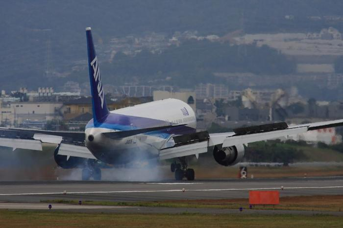 ANA B767-381 ANA544@RWY32Lエンド・千里川土手(by 40D with SIGMA APO300/2.8EX+APO TC2x)