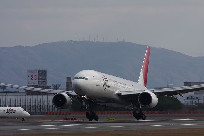 JAL B777-246 JAL113@伊丹スカイパーク(by 40D with SIGMA APO300/2.8EX)