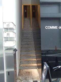 この細い階段を…