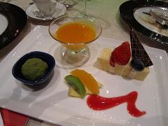 彩りのデザートとプティ・フルーツの盛り合わせ