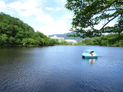 国際会館とボートを楽しむカップル