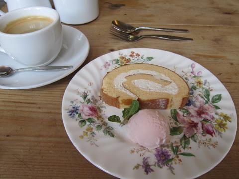 ロールケーキと桜のアイスクリーム