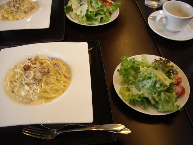 カルボナーラとサラダ