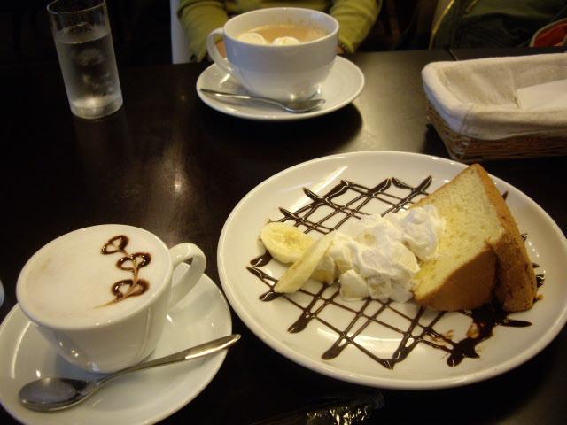 寒いので温かいコーヒーとケーキを頂きました
