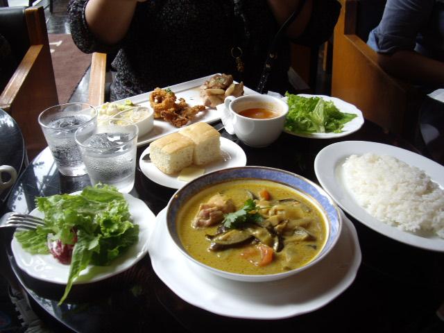鶏と野菜の黄色のカレーとランチセット