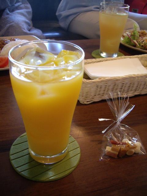 オレンジジュースとオヤツ