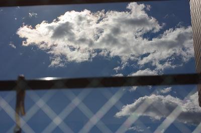 s-窓に映る雲