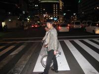 大阪駅の正面の大きな横断歩道を渡ります