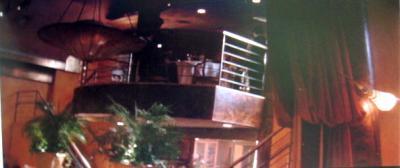 レストランに入っていくカットの後。レストランのシーンの最初のカットになる。2人がフレーム・インしてくる。カメラはフォロー、トラックバック。実は大きな鏡に映った画面だということが分かるカメラワーク。