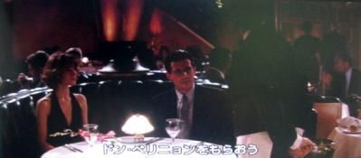 2人が横に並んだように着席。ワンショットで2人の表情が見れる。