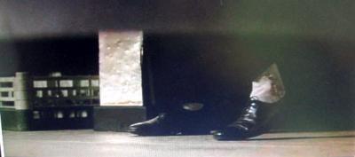 床に転がったマギーの見たものは、追っての足。撃ちます。