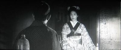 狂女・香川京子 保本・加山雄三 保本の部屋に入ってくる狂女。後ろ手で扉を閉める。