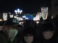 マスク姿の怪しい三人、ライトアップされた中央公会堂をバックに記念撮影する。