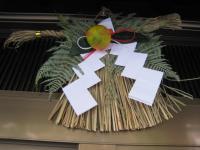 2010年元旦のしめ飾り。稲穂はいつものようにスズメたちの餌となった。