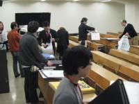 会場にポートフォリオを並べます。いろんな学科のいろんな作品が展示されました。