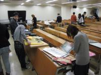 受験者は約40人。教室いっぱいに作品が並べられました。