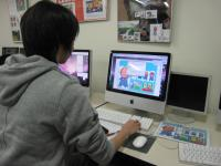 アナログで描写したイラストをフォトショップで取り込んで、イラストレーターに配置。