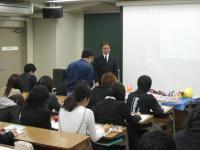 質疑応答の時間。大勢の学生が質問しました。