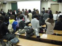 説明会後、企業が持参してくださったグッズや商品を近くで見ようと学生たちが集まってきました。