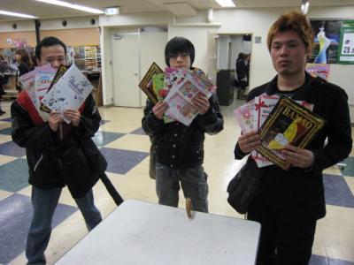 キャラクターのカタログをゲットしたキャラクターデザインの生徒達。