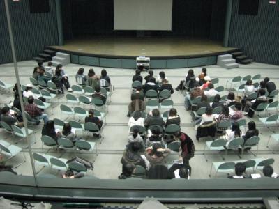 観客が集まってきた