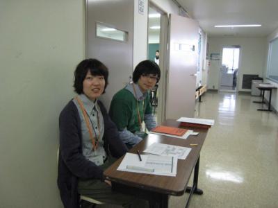 受付を担当した2年生松尾君宮谷さん