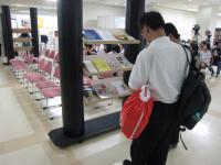 赤いバッグの来場者も館内で目に付く