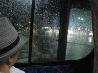 大阪に近づくにつれ、雨が激しく2