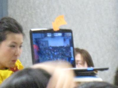 パソコンのモニター上に内蔵されているカメラでこちらの様子が送られている