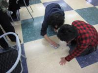 学生ホールの床を掃除した