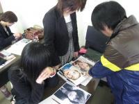 写真選びをアドバイスする畑山先生