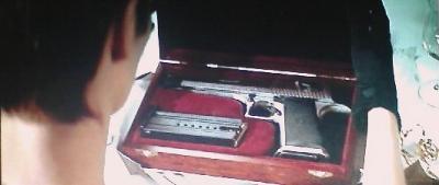 どんなプレゼントなのか、ワクワクしながらあけて見ると、中からでてきたのは拳銃。IMI社大型オートマティック・デザートイーグル50AE。
