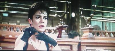 カットと表情はそのままで、手袋を脱ぐ動作に。