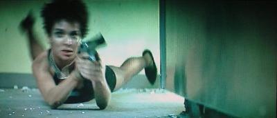 床を転がってフレームイン。拳銃を撃つ。撃たれる敵。