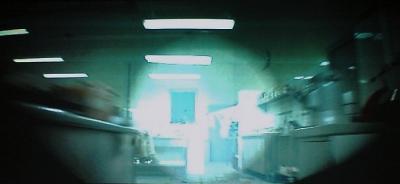 銃口から飛び出して行く弾痕の見た目のようになって映される。マンガのようなカメラの使い方、カット割り。