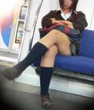 電車で足組み挑発女子高生