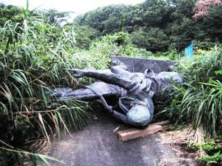 野ざらしのケマル像
