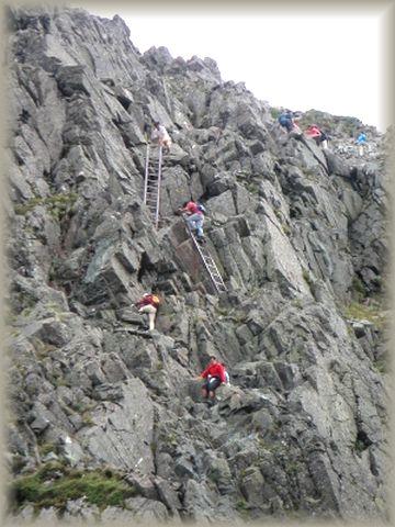 dh22-2  岩場に取り付く登山者