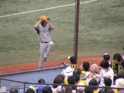 藤川投手ブルペンでウォーミングアップするも
