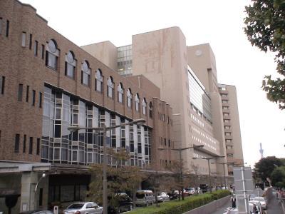 医学部付属病院(奥には東京スカイツリー).
