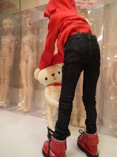クマに手を付かないと、アイちゃんは倒れてしまいます。