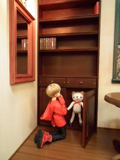かくれんぼ?クマにぴったりの戸棚