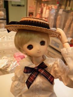 帽子、可愛いですが顔に影が出来て撮影は難しいですね。