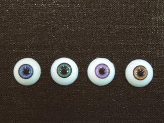 12mmサイズは現在4色。全体的に虹彩色の彩度は低め。