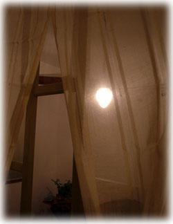 10月9日カーテン越しテラス明かり