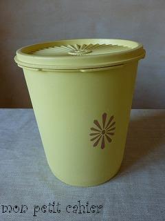 黄色の保存容器